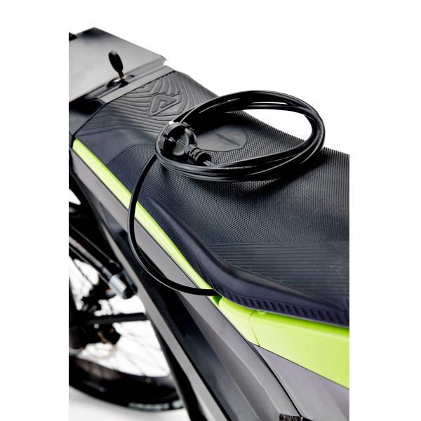Das Ladekabel eines E-Rollers liegt auf der Sitzfläche. E-Roller gehören zum Angebot der E-Mobilität im Fahrzeughaus Müller.