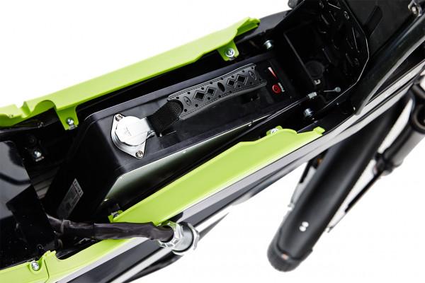 Die in den Sitz integrierte Batterie des ELMOTO LOOP, ein E-Roller im Angebot des Fahrzeughaus Müller, ihrem E-Mobilitätspartner aus Südthüringen