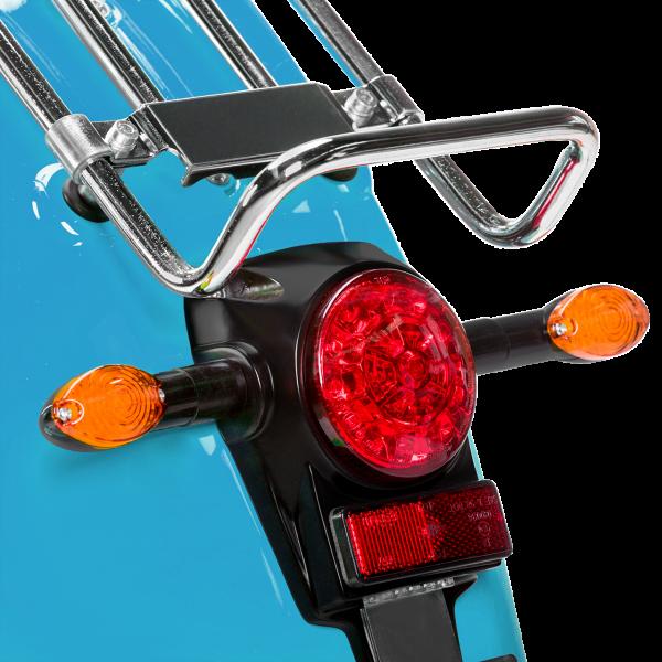 Das Rücklicht einer lichtblauen E-Schwalbe, ein E-Roller im Angebot des Fahrzeughaus Müller.