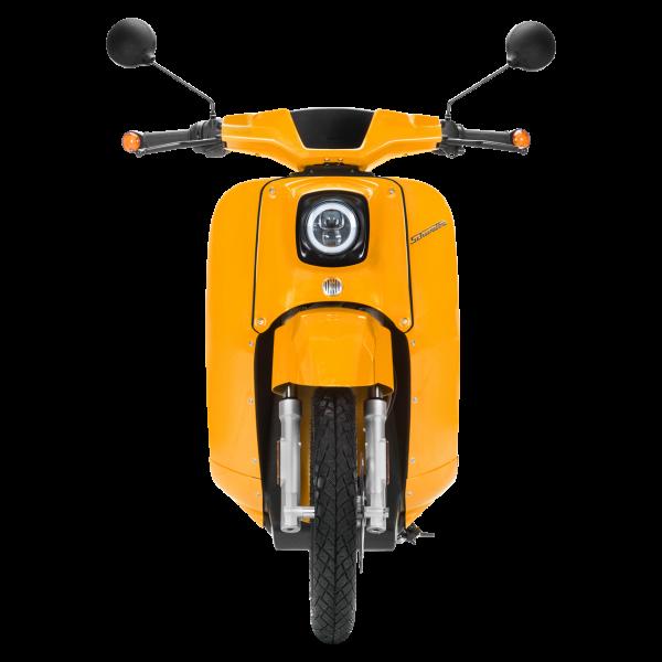 Frontansicht einer sonnenorangen E-Schwalbe, ein E-Roller im Angebot des Fahrzeughaus Müller, ihr Partner für E-Mobilität