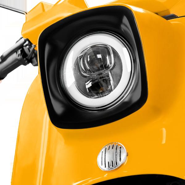 Die Lichtanlage einer E-Schwalbe, ein E-Roller im Angebot des Fahrzeughaus Müller, Ihr Partner in Sachen E-Mobilität