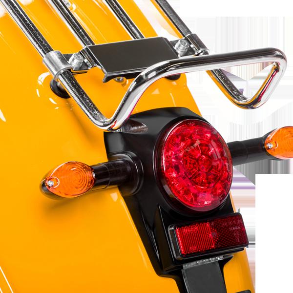 Das Rücklicht einer sonnenorangen E-Schwalbe, ein E-Roller im Angebot des Fahrzeughaus Müller.